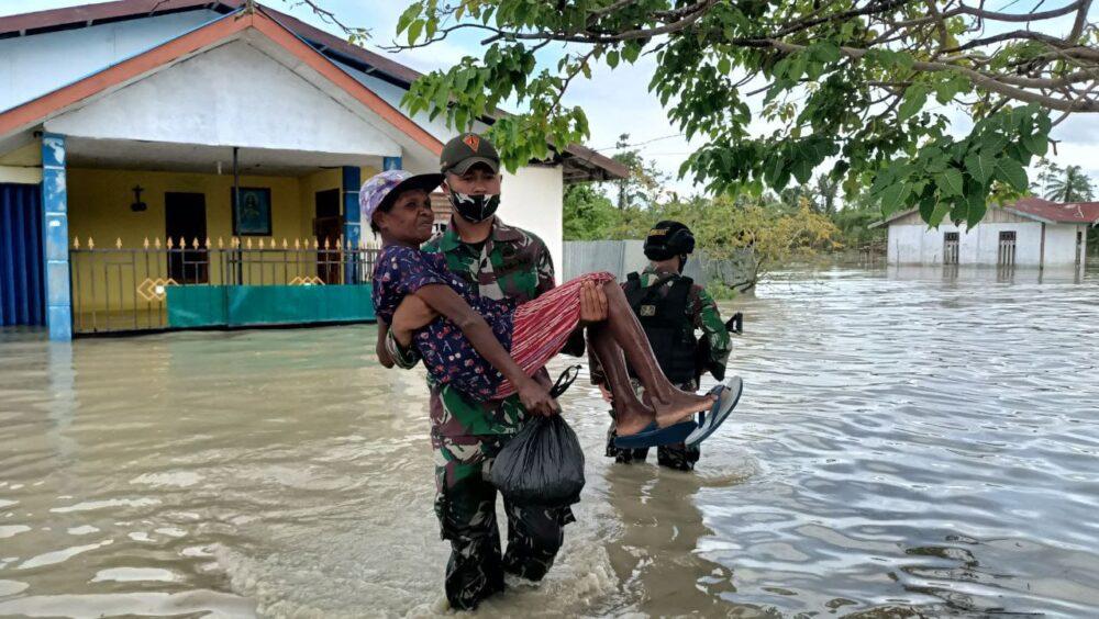 Prajurit TNI Satgas Pamtas RI-PNG Yonif 131/Brs Pos Skamto bantu evakuasi warga terdampak banjir akibat hujan deras