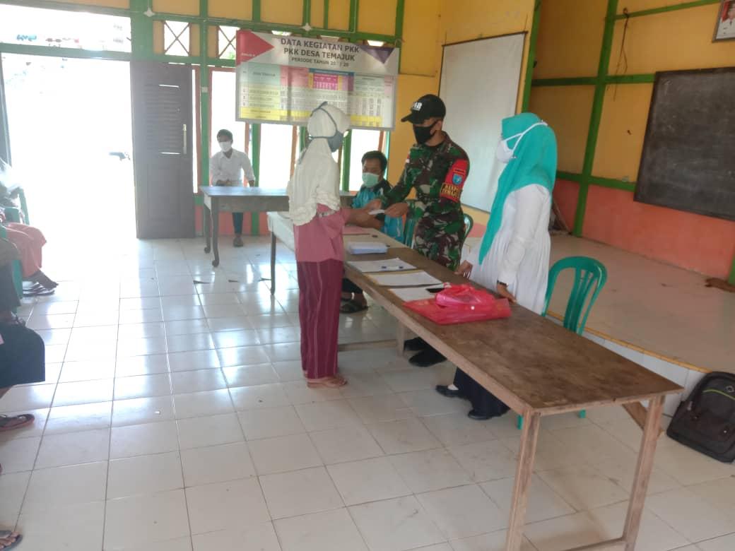 Satgas Pamtas RI-Malaysia Yonif 642/Kapuas beberapa waktu lalu membantu kegiatan pemberian santunan LKD (Lembaga Ketahanan Desa)