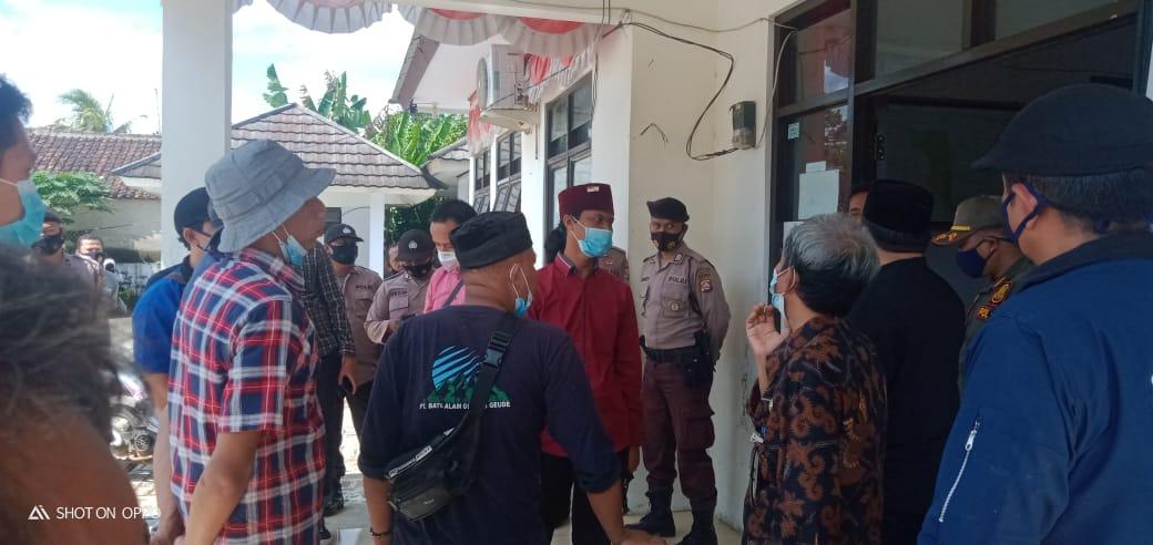 Pasukan Pemuda Pandeglang (Peleton) melakukan aksi unjuk rasa (Unras) terkait banyaknya temuan komoditi Bantuan Pangan Non Tunai