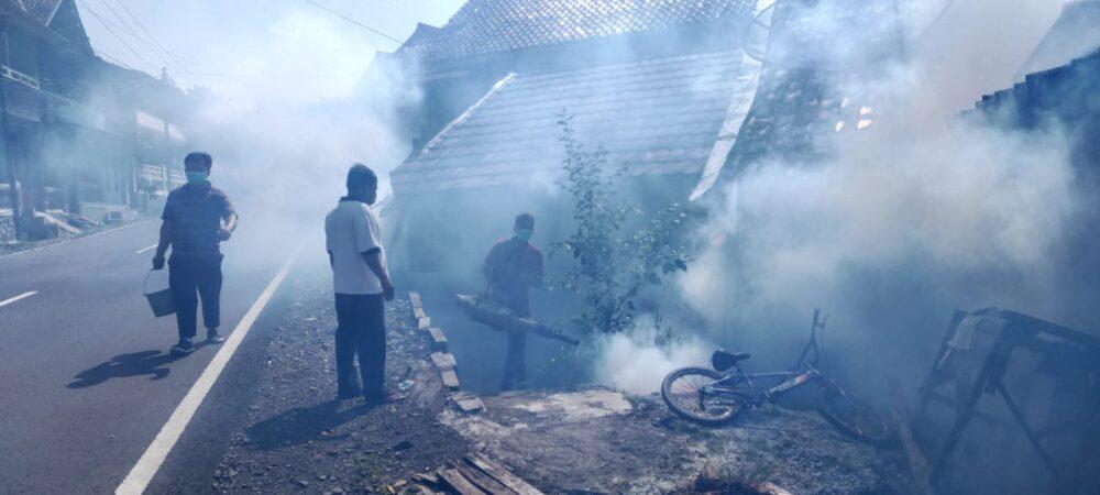 Warga terjangkit DBD sehingga Puskesmas Bayah menurunkan tim untuk melakukan pengasapan atau Fogging di Kampung Bayah Desa Bayah Barat