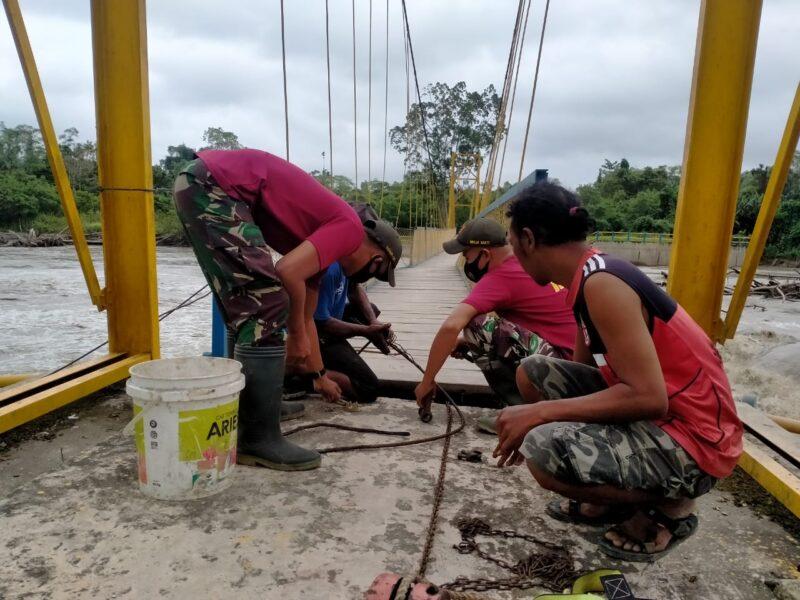 Jembatan Gantung yang rusak akibat hujan lebat dan air sungai meluap di Kampung Arso, Kabupaten Keroom, Papua pada Kamis (8/4/2021).
