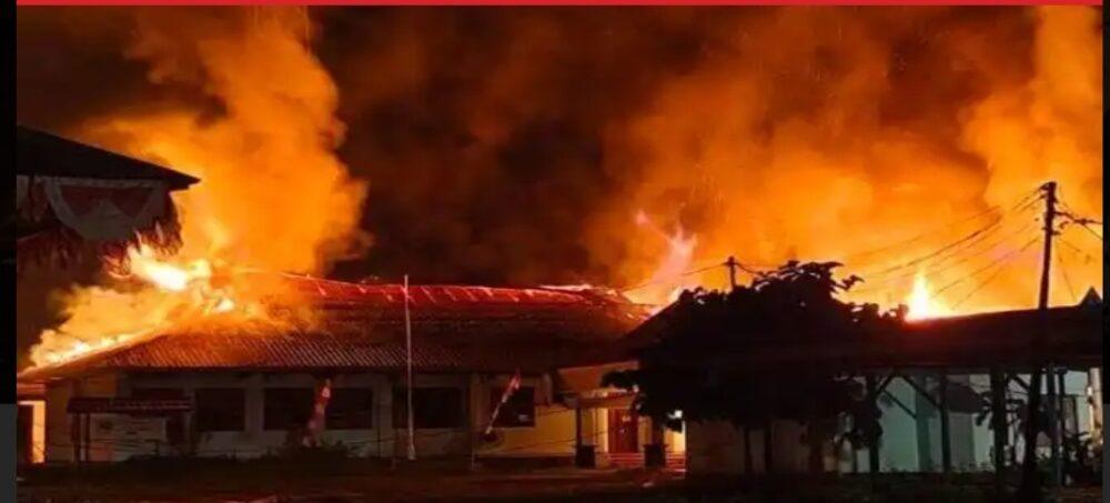 Warga Gagal Padamkan sijago merah yang membakar rumah milik Narman 47 Tahun di Kampung Sadang Barat Rt/03 Rw/01, Desa Ciburial