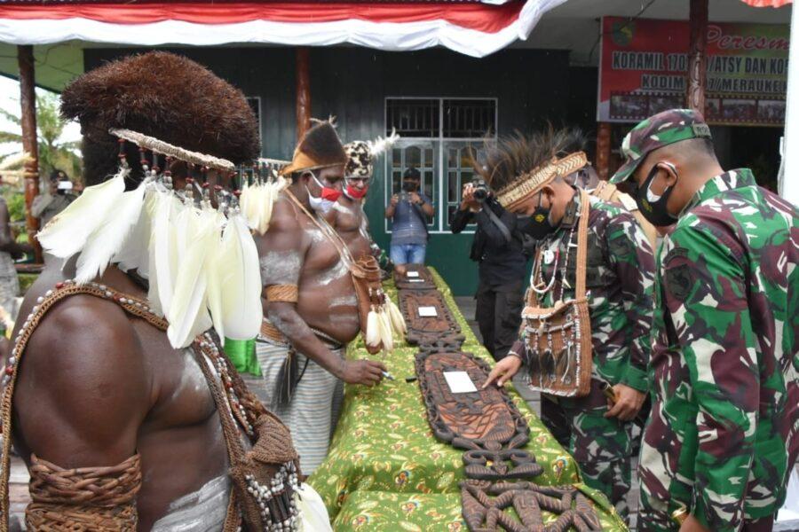 Komandan Korem (Danrem) 174/ATW Merauke Brigjen TNI Bangun Nawoko bersama 6 (enam)Kepala Suku DistrikAtsy dan Distrik Suatormeresmikan