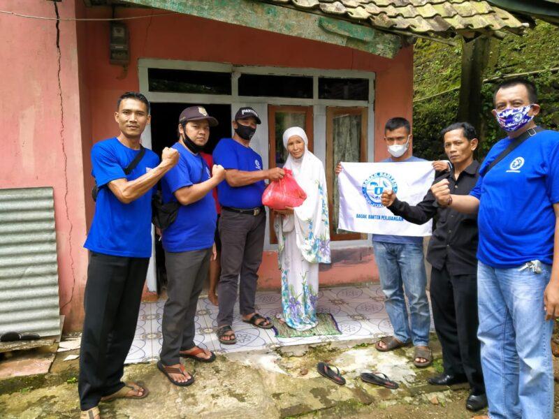 Badak Banten Perjuangan DPAC Gunungkencana melaksanakan bhakti sosial (Baksos) santunan kepada para jompo dan anak yatim piatu pada Sabtu