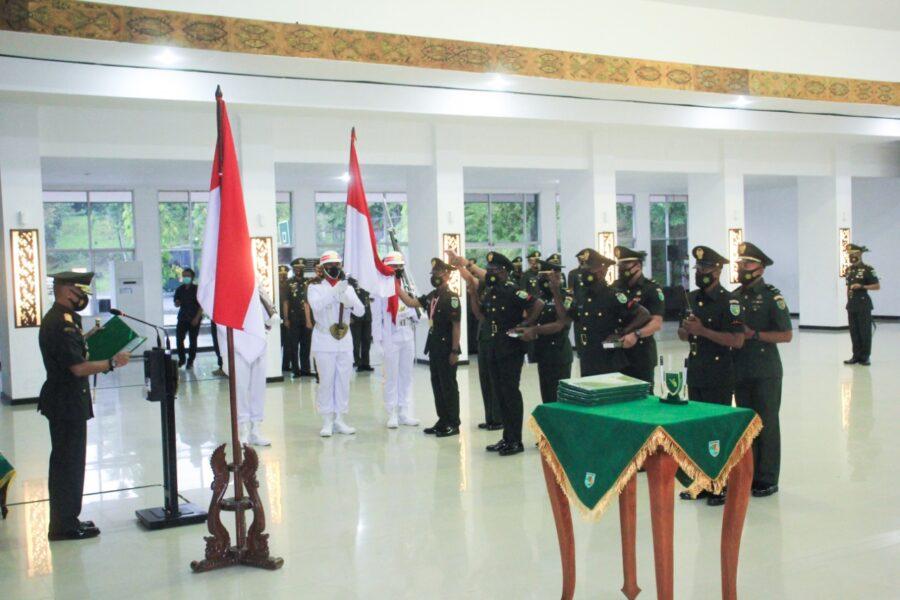 Prajurit Secata atau Siswa Sekolah Calon Tamtama TNI AD mengikuti pelantikan dan pengambilan Sumpah dalam Upacara Penutupan Pendidikan