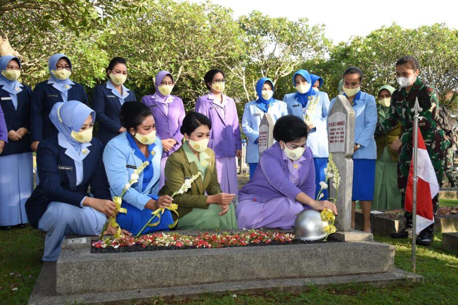 Ketum) Dharma Pertiwi Ny. Nanny Hadi Tjahjanto melaksanakan ziarah dan tabur bunga dalam rangka HUT Ke-57 Dharma Pertiwi Tahun 2021