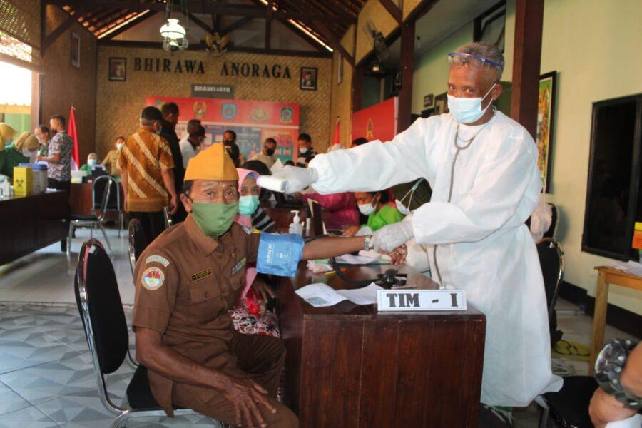 Purnawirawan TNI-AD dan Warakawuri yang ada di wilayah Kabupaten Banyuwangi melaksanakan vaksinasi Covid19 bertempat di Aula Outdoor