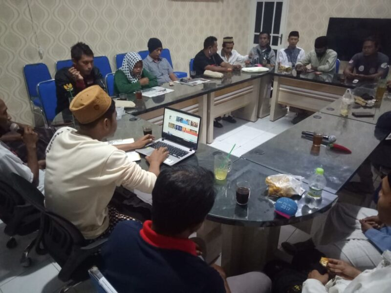 Pemuda Plopor Ketapang mengadakan rapat evaluasi di ruang rapat Kantor Desa Ketapang, Kecamatan Kalipuro, Kabupaten Banyuwangi