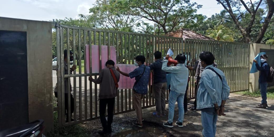 FMPB) tuntut PLTU Banten 2 dengan melakukan aksi unjuk rasa untuk memaksimalkan pengelolaan limbah dan penyaluran CSR. Aksi unjuk rasa
