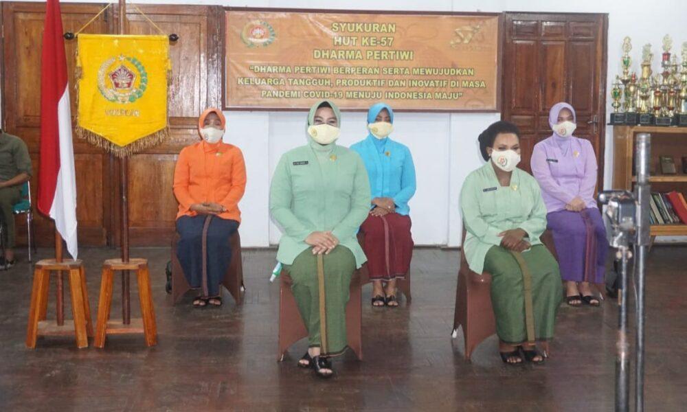 Ketua Dharma Pertiwi Koorcab Merauke Daerah H Ny. Renny Bangun Nawoko beserta 4 orang pengurus Dharma Pertiwi Merauke dari perwakilan unsur