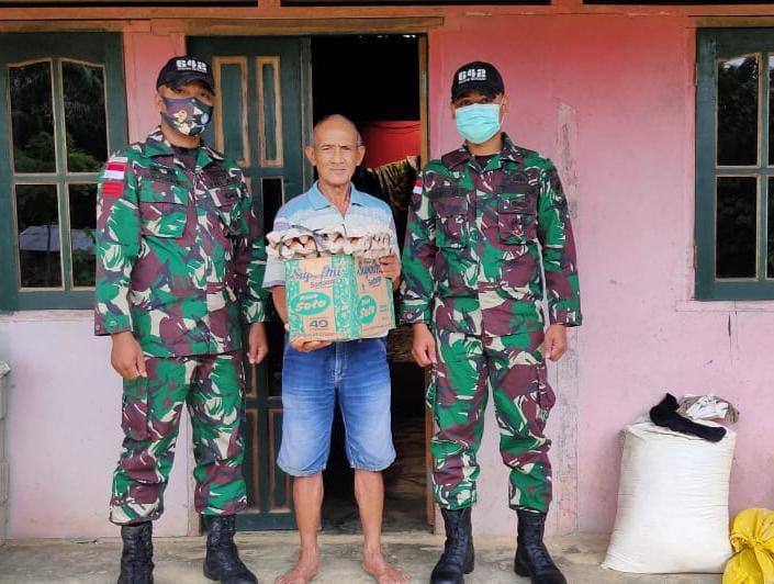 peduli sesama umat di bulan suci Ramadhan 1442 H, Prajurit TNI yang tergabung dari Satgas Pamtas RI-Malaysia dengan membagikan sembako