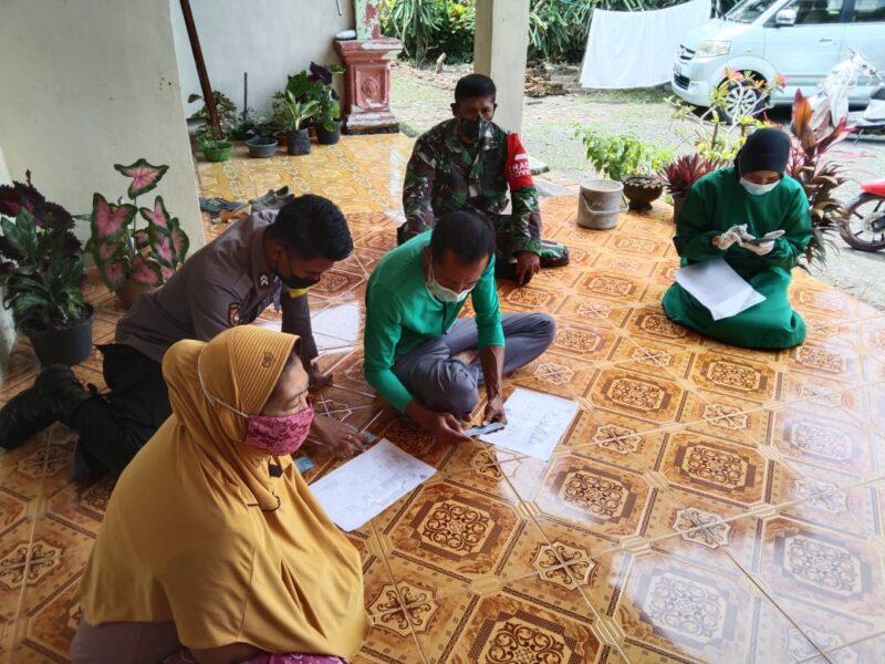 Tracing dilaksanakan di rumah MA yang terkonfirmasi positif Covid-19, petugas medis didampingi Babinsa Kedungwungu mendata pasien
