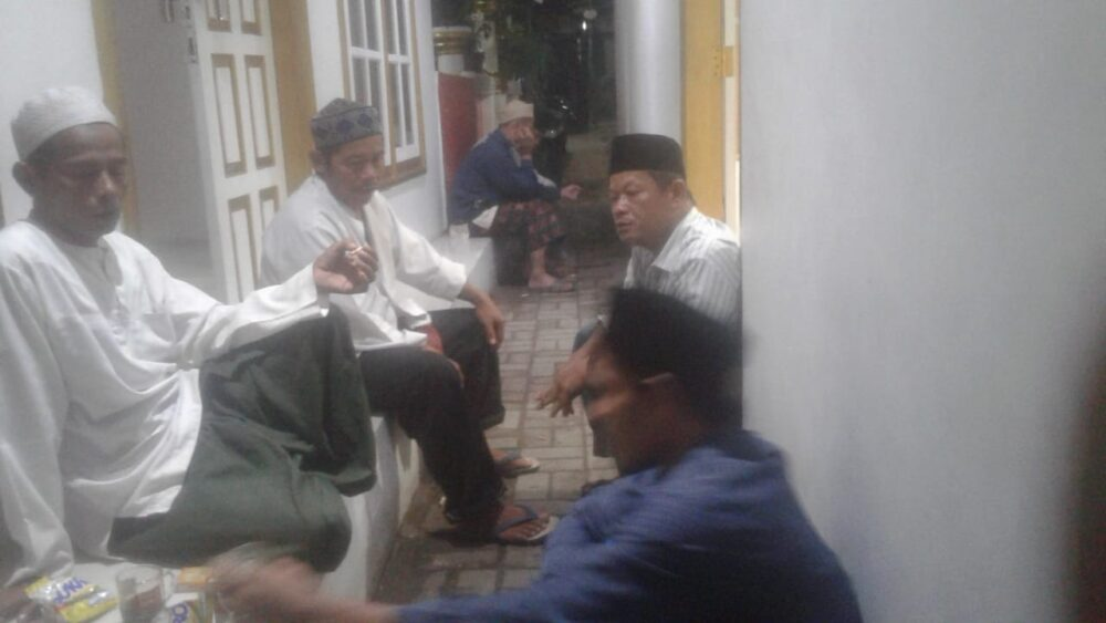 Para Santri di Pondok Pesantren (Ponpes) Al Uluniah mengadakan santap sahur bersama pada hari kelima di bulan suci Ramadhan.