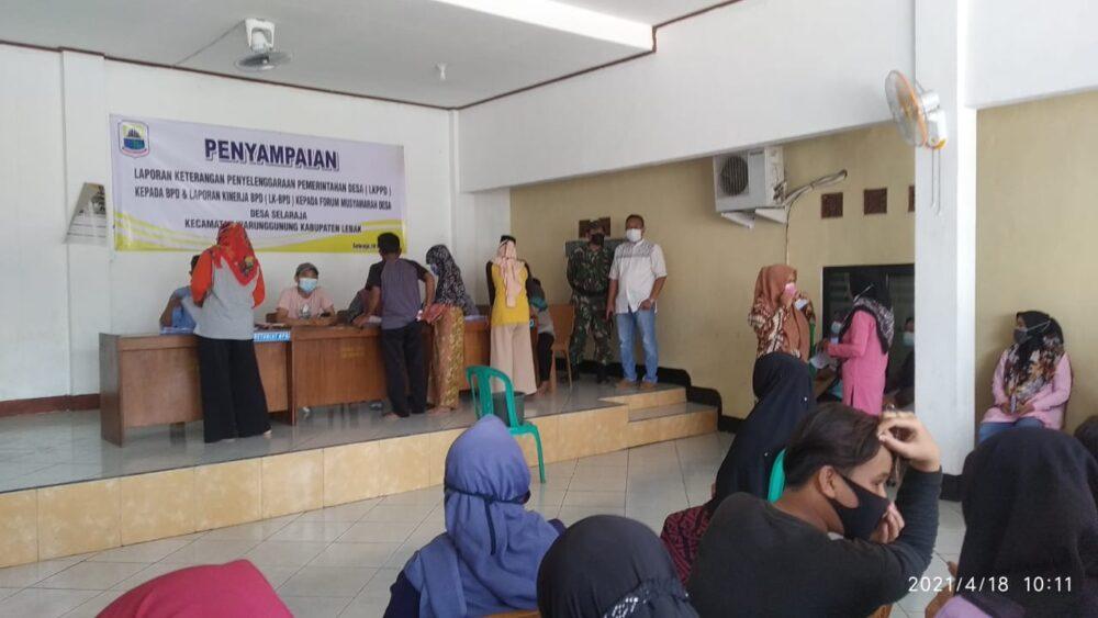 (Pemdes) Selaraja membagikan Bantuan Langsung Tunai (BLT) kepada warga masyarakat berjalan lancar dan kondusif bertempat di Kantor Desa
