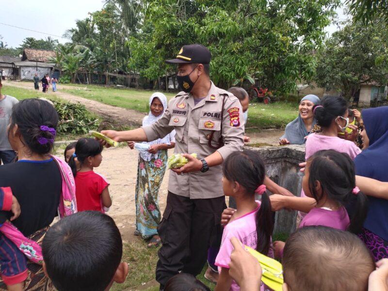 Kanit Sabhara Kepolisian Sektor (Polsek) Patia, IPTU Sukoyo berbagai takjil untuk berbuka puasa kepada ibu-anak di halaman Masjid Darulsalam