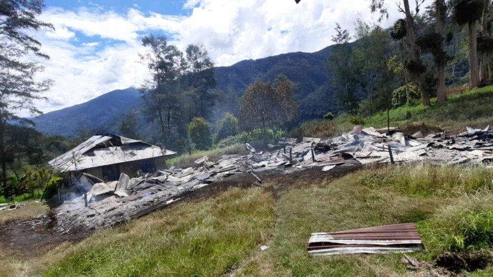 peduli fasilitas pendidikan terhadap anak-anak Pamtas Yonif 642/Kapuas gotong royong bersama warga membangun dan mengecat WC