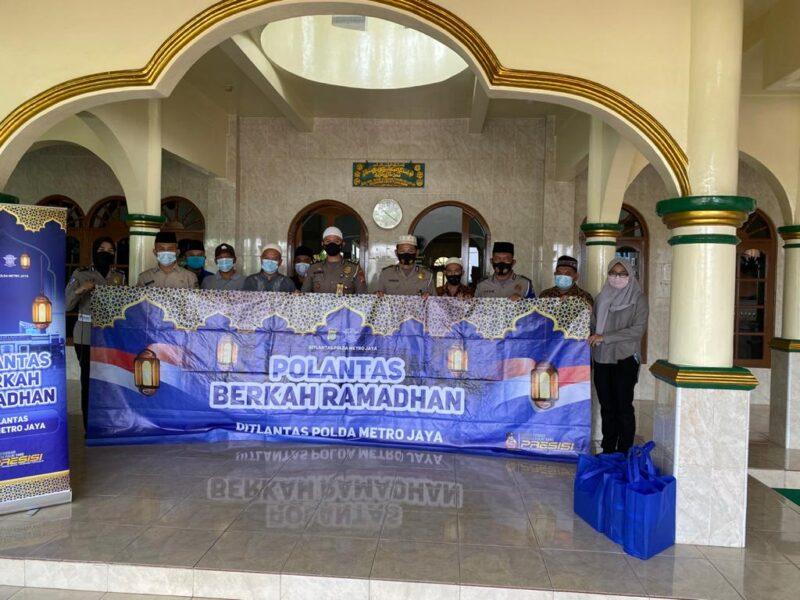 Sambut bulan suci Ramadhan yang penuh berkah, polisi melakukan kegiatan seperti membersihkan masjid dan memberikan perlengkapan shalat