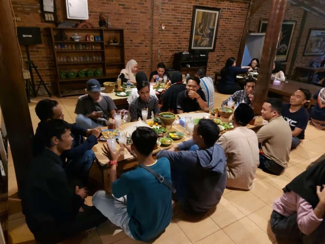 Seorang Advokat Ade Multiawan (Wawan) mengadakan syukuran setelah disumpah sebagai Advokat di Pengadilan Tinggi Banten belum lama ini.