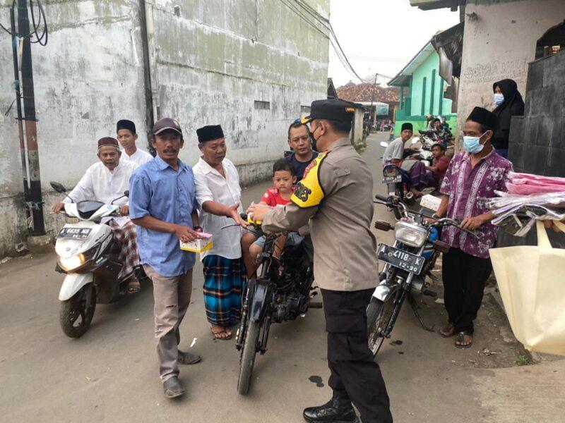 Satlantas Polres Pandeglang menggelar Operasi Keselamatan dengan membagikan takjil dan masker di Tugu Jam Alun-alun Kabupaten