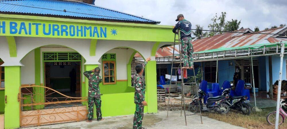 Satgas PamtasYonif131/BrsLettu Inf Situmeang, mengatakan bahwa kegiatan renovasi Musholla tersebut melibatkan lima personel