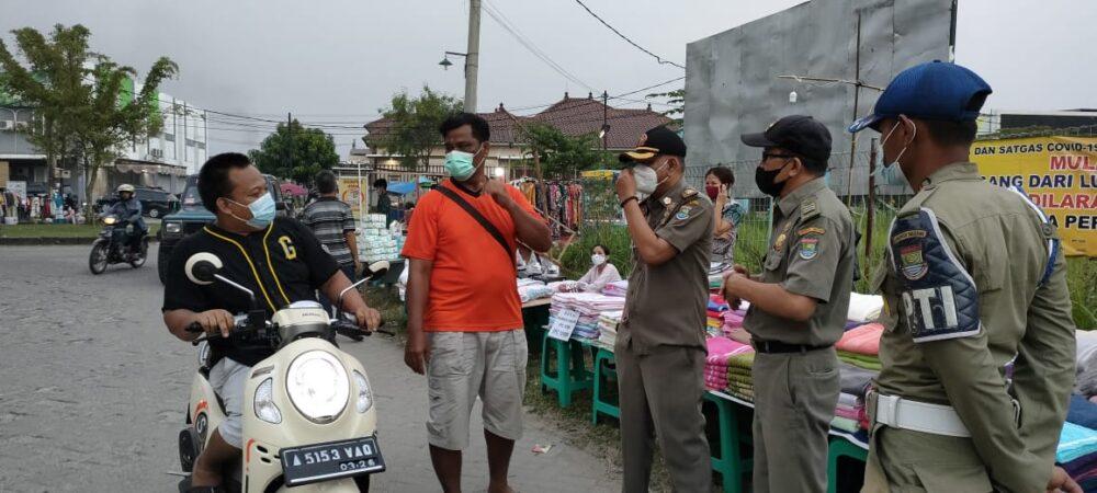 (Satpol PP) Kabupaten Tangerang memberikan edukasi protokol kesehatan (Prokes) kepada para pengunjung dan pedagang kaki lima (PKL)