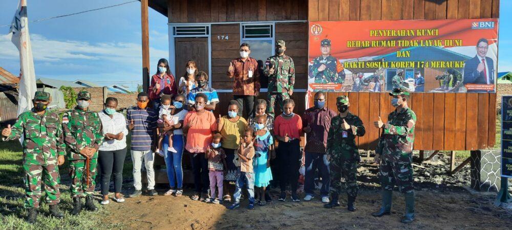 Danrem 174 Merauke Brigjen TNI Bangun Nawoko menyerahkan kunci rehab Rumah Tidak Layak Huni (RTLH) kepada Ibu Beatrik Ramadi putri dari