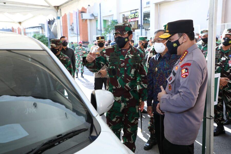 Panglima TNI Marsekal Hadi Tjahjanto dan Kapolri Jenderal Listyo Sigit Prabowo tinjau langsung pelaksanaan vaksinasi massal di Bali.
