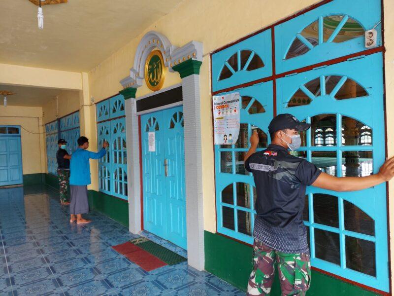 Personel Pos Kotis Satgas Pamtas RI-Malaysia Yonif 642/Kapuas melaksanakan karya bakti membersihkan Masjid Istiqomah bersama warga Entikong