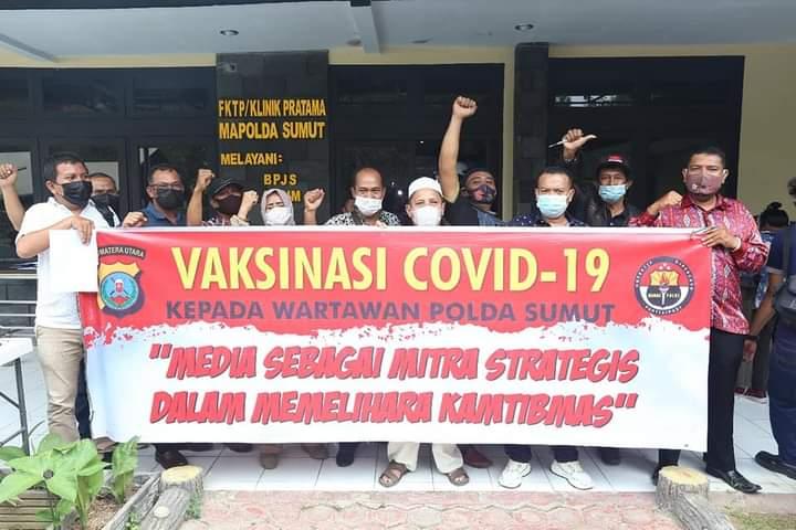 sejumlah wartawan yang bertugas di Polda Sumatera Utara (Sumut) untuk kekebalan dari Covid-19 yang dilaksanakan di Ruangan Biddokkes
