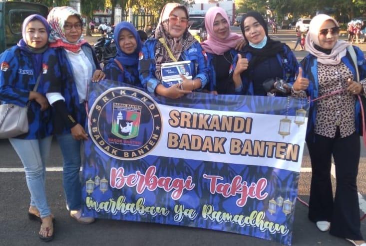 Aksi sosial Srikandi Badak Banten yaitu membagikan takjil untuk berbuka puasa kepada warga yang membutuhkan di Jalan Kaum, Rangkasbitung