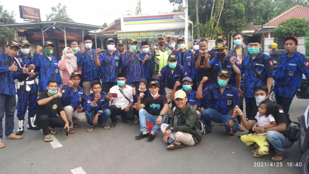(BB) Ranting Desa Padasuka Kecamatan Warunggunung bekerja sama dengan DPC Badak Banten Kecamatan dan DPD membagikan takjil kepada masyarakat