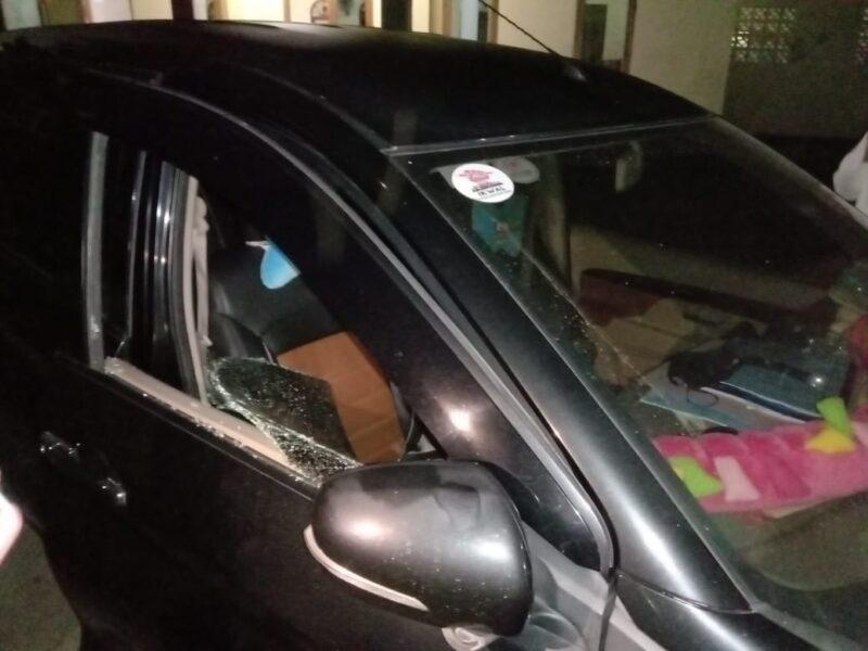 Sebuah unit mobil milik Wartawan Media Cetak Harian Pelita Baru menjadi korban pencuri pecah kaca hingga surat berharga raib digondol.