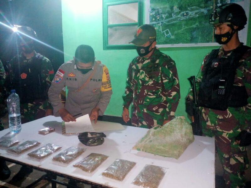 Satgas Pamtas Yonif 131/Braja Sakti menemukan 7 kantong paket ganja kering seberat 250 gram saat melaksanakan patroli jalan tikus