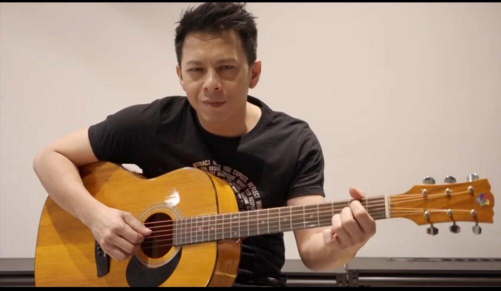 Ariel Noah mengapresiasi Gitar Akustik hasil karya produk unggulan Warga Binaan Pemasyarakatan (WBP) (Lapas) Kelas III Rangkasbitung