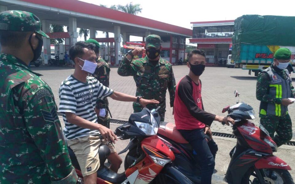 Danramil Gambiran Kapten Inf I.Ketut Sukranata.S.Sos pimpin operasi yustisi pendisiplinan Prokes yang berlangsung di Jalan Raya