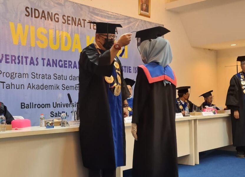 Universitas Tangerang Raya menggelar wisuda terhadap 100 wisudawan yang dibagi menjadi 2 sesi dengan menerapkan protokol kesehatan