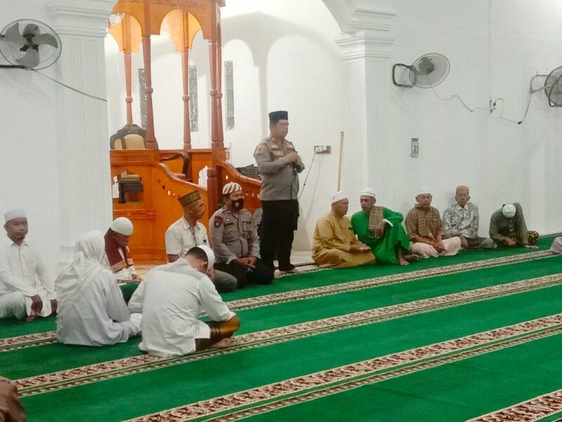 Kapolres Batu Bara AKBP Ikhwan Lubis SH.MH. memberikan ceramah Kamtibmas setelah shalat subuh bersama dengan para Tokoh Agama kepada Warga