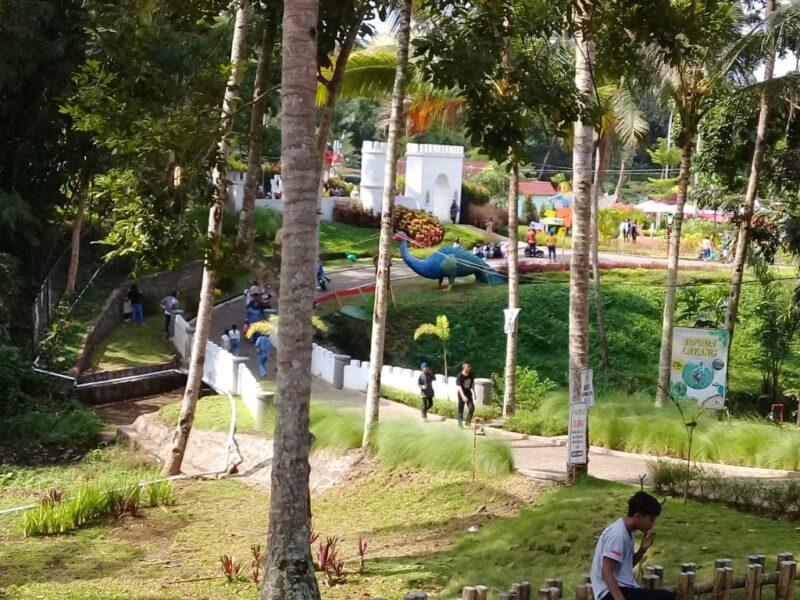 tempat wisata wahana Akbar Zoo Banyuwangi tetap buka. Namun pihak managemant memberlakukan secara ketat protokol kesehatan (Prokes)