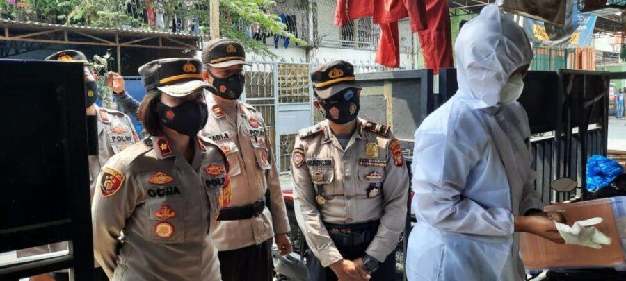 Kapolsek Tanjung Duren melaksanakan pengecekan perkembangan terhadap warga isolasi mandiri (Isoma) setelah dinyatakan positif Covid-19.