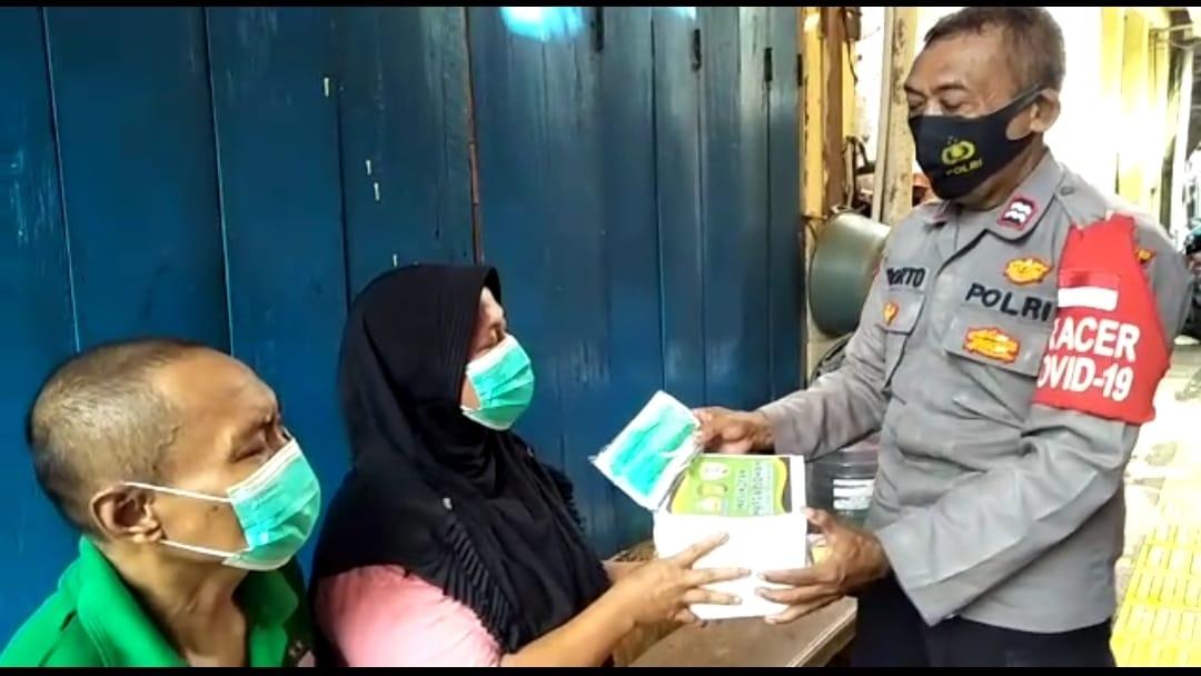 Bhabinkamtibmas dari Polsek Metro Tamansari memberikan bantuan berupa vitamin dan makanan kepada warga yang menjalani isolasi mandiri