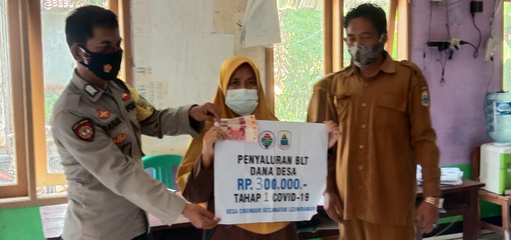 (Kades) Cibungur menyalurkan Bantuan Langsung Tunai (BLT) kepada 58 Keluarga Penerima Manfaat (KPM) dengan masing-masing Rp 300 ribu rupiah