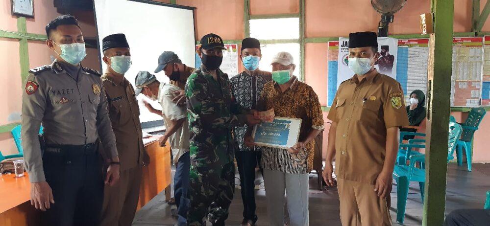 Babinsa Tekarang mengawal penyaluran Bantuan Langsung Tunai Dana Desa (BLT-DD) periode V Tahun Anggaran 2021 kepada warga di Kantor Desa