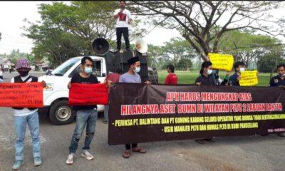 sekelompok massa mengatasnamakan Front Aksi Mahasiswa (FAM) Pandeglang menggelar aksi unjuk rasa di Halaman Kantor PLTU Banten 2,