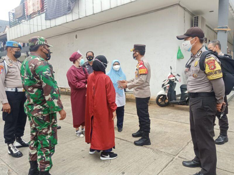 bentuk kepedulian terhadap warganya, Kapolsek Kembangan beserta Tiga Pilar Kembangan mendatangi warga yang sedang menjalani isolasi mandiri