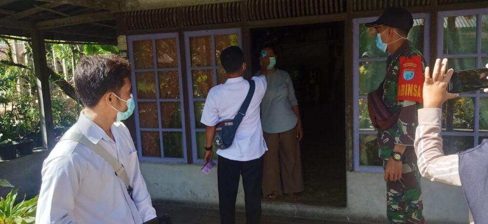 Koramil 1208-04/Jawai melaksanakan pemantauan aktivitas warga sekaligus memberikan himbauan kepatuhan protokol kesehatan (Prokes)