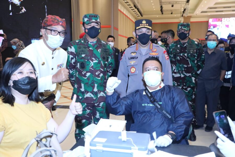 Kepala BNPB Letjen Ganip Warsito, S.E., M.M., Panglima TNI melaksanakan peninjauan Serbuan Vaksinasi di Grand Ballroom Sudirman, Bandung