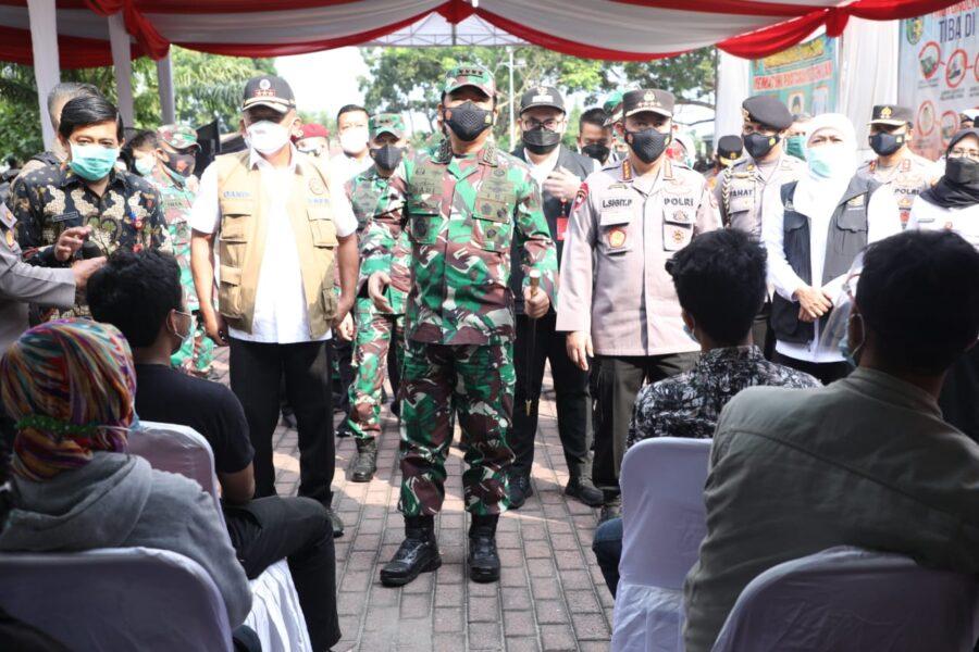 Panglima TNI beserta rombongan meninjau langsung pelaksanaan Serbuan Vaksinasi Covid-19 yang diikuti oleh 2.000 orang vaksin untuk lansia