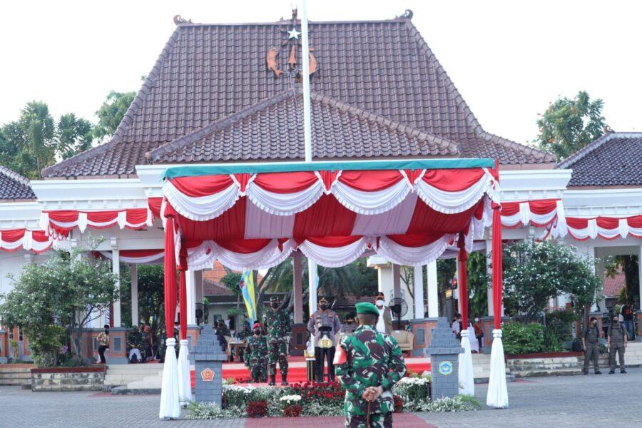 Panglima TNI bersama Kapolri memimpin Apel Gelar Pasukan Satgas Penanganan Covid-19 di Alun-alun Kabupaten Lamongan, Jawa Timur,