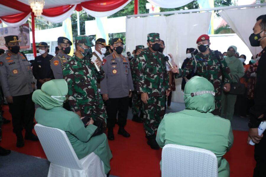 Usai gelar Pasukan Satgas Penanganan Covid-19, Panglima TNI dan rombongan meninjau serbuan vaksinasi oleh 2.000 orang dalam 4 gelombang