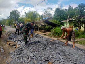 menjalin hubungan pendekatan dengan warga binaan, Babinsa Koramil 1208-02/Sejangkung Praka Ridho melaksanakan kegiatan (Komsos)